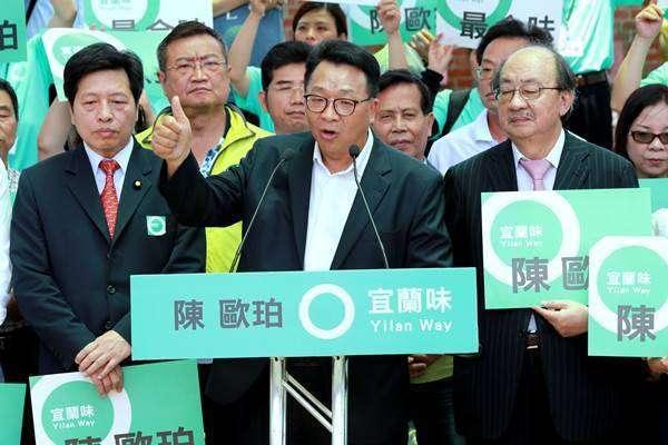 陳歐伯(左)